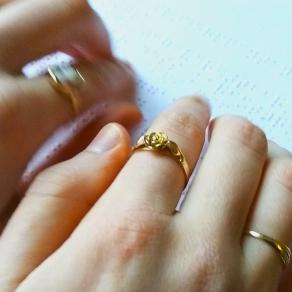 Snabba fingrar läser punktskrift. Fotografi.